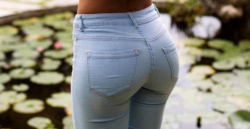 красивая попа в приталенных джинсах